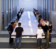 """Multitouchfähiger """"Unternehmenstisch"""": Bis zu 60 Besucher können gleichzeitig Infos generieren"""