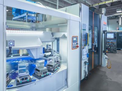 Die Automationseinheit LANG Eco-Compact 20 übernimmt die vollautomatische Be- und Entladung des angeschlossen 5-Achs-Bearbeitungszentrums Variaxis J600 von Mazak