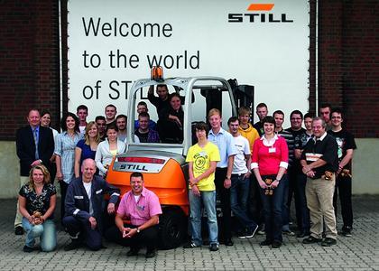 Das neue Team von STILL-Auszubildenden mit ihren Ausbildern