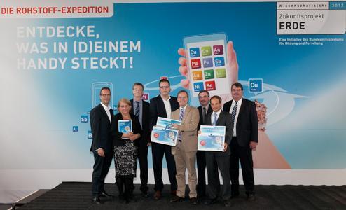 © Wissenschaftsjahr Zukunftsprojekt Erde / BMBF, Parl. Staatssekretär Thomas Rachel mit den Partnern der Handy-Aktion (v.l.n.r.): Harald Geywitz (E-Plus Gruppe), Dr. Maria-Jolanta Welfens (WI), Dr. Fritz Lauer (Telekom Deutschland GmbH/Deutsche Telekom Technik GmbH), Dirk Ulrich (TEQPORT Services), Thomas Rachel, Dr. Thomas Michael Schüller (Vodafone D2 GmbH), Dr. Markus Sardison (Telefónica Germany GmbH & Co. OHG), Jochen Stepp (VERE e.V.)