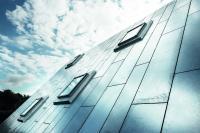Abb. 3: Dachfenster, das Produkt der Firma Roto, sind in die feuerverzinkte Fassade integriert. (David Franck Photographie)