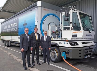 Jürgen Maidl (v.l.), Leiter Logistik der BMW Group, Kurt J. F. Scherm, Geschäftsführer der SCHERM Gruppe und Hermann Bohrer, Leiter des BMW Group Werkes München, geben den Startschuss für die Inbetriebnahme des eTrucks