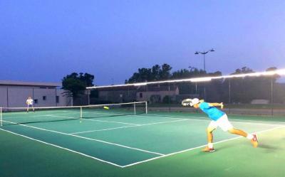 SINGLE TWEENER - Das Neues blendfreie LED-Licht für Outdoor Tennisplatz-Beleuchtung. Einzigartiger Spielkomfort dank außergewöhnlicher LED-Lichtleistung, einfache und schnelle Installation an den Gitterzäunen der Spielfelder.