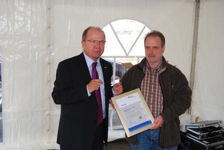 Verbrieftes Sicherheitsengagement: Dipl.-Ing. Wolfgang Pichl (links) überreicht Jörg Schmidt eine Jubiläumsurkunde für 2000 Tage unfallfreies Arbeiten.