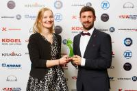 Der Award wurde bei der jährlichen VerkehrsRundschau Gala in München verliehen. Vor der Fotowand: Karen Peemöller, Pressereferentin Renault Trucks und Tassilo von Domarus, Produktmanager Renault Trucks. ©Jan Scheutzow