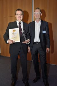 Wolfgang Berger, Corporate Marketing Manager at Schneider-Kreuznach receiving the photokina STAR from Digit! chief editor Roland Franken.