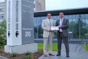Guido Salerno (l.), Leiter Fachstelle Zutritts- und Zeiterfassungssysteme von Securiton AG, und Hanspeter Kündig, Verkaufsgebietsleiter bei LEGIC, freuen sich auf eine erfolgreiche Partnerschaft