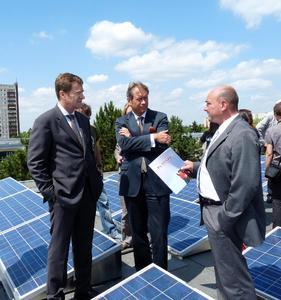 Fred Kehler Geschäftsführer der B5 Solar GmbH (rechts) verdeutlicht Herrn Dr. Ulrich Nußbaum Berlins Finanzsenator (Mitte) und Herrn Michael Geißler BEA-Geschäftsführer die monatliche Auslieferungskapazität der B5 Solar GmbH von etwa 3MW.