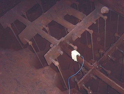 Um die Elektroden des Filters sind Rohre im Wabenquerschnitt angeordnet. An deren oberem Ende wurden Messaufnehmer für die Schwingungsmessung angebracht