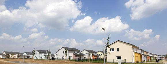 Beim Wohnquartier Wiesbaden Army Airfield in Erbenheim handelt es sich um ein Projekt der US-Armee mit insgesamt 326 neuen Wohneinheiten. Die Bebauung setzt sich aus 13 verschiedenen Haustypen zusammen, die den jeweiligen Dienstgraden des militärischen Personals zugeordnet sind. Sie wurden vom Architekturbüro Junghans + Formhals aus Weiterstadt als Einzel-, Doppel- und Reihenhäuser entwickelt, Foto: Caparol Farben Lacke Bautenschutz/Claus Graubner