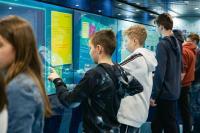 Eine riesige Multimedia-Wand ist einer der Eyecatcher im Truck. Hier erfahren die Jugendlichen auch, in welchen Berufen die dargestellten Technologien eingesetzt werden. (c) Baden-Württemberg Stiftung gGmbH