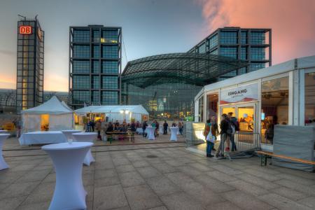 Die Zeltlandschaften von Losberger auf dem Washington Platz, vor dem Berliner Hauptbahnhof.