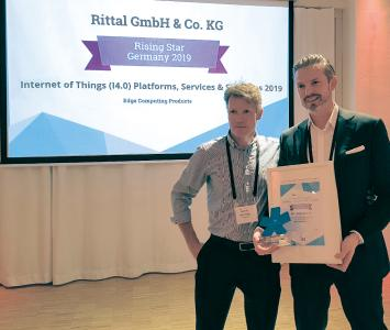 Radek Stolar (right), Director of Business Development and Strategy, IT Global, at Rittal, accepting the ISG Rising Star award in the edge computing category at the Golf Yards Lounge in Berlin, Germany / Copyright: Rittal GmbH & Co. KG
