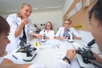 """Biologie und Chemie müssen nicht trocken sein. Im Schülerworkshop """"Naturwissenschaften"""" kommen die Teilnehmerinnen und Teilnehmer mit Mikroskop und Lupe einem fiktiven Verbrecher auf die Spur. Und erfahren so viel über naturwissenschaftliche Ermittlungsmethoden und deren Weiterentwicklung durch die Digitalisierung / (c) Baden-Württemberg Stiftung gGmbH"""
