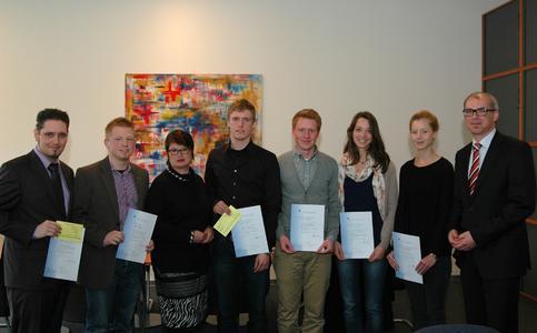 Mit den Stipendiaten freuen sich Prof. Dr. Karin Luckey, Rektorin der Hochschule Bremen (dritte von links im Bild) und Thorsten  Stöver, Regionalrepräsentant der Deutschen Telekom AG (rechts)
