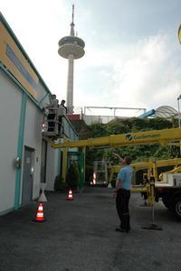 Ausbilder und Gebäudereinigermeister Michael Rubarth gibt den Lehrlingen Anweisungen beim Reinigen der Mietstation mit Arbeitsbühnen.