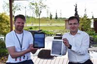 Andreas Iland, Prokurist der Landesgartenschau Kamp-Lintfort 2020 GmbH, und Mark Hakim, Geschäftsführer der Qosmotec GmbH, präsentieren die App.