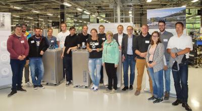 Abschlussklasse der Fachschule für Milchwirtschaft und Molkereiwesen Kempten zu Besuch auf dem neuen Campus der Firma Bürkert. (Quelle: Bürkert)