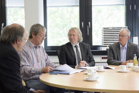 Unterzeichneten den Kooperationsvertrag zwischen der Hochschule Bremen und der BBS  II Kerschensteiner-Schule Delmenhorst (v.l.): Dr.-Ing. Pierre Schulze (Teamleiter an der BBS II), Prof. Dr. Axel Viereck (Konrektor für Studium und Lehre), Ulrich Droste (Schulleiter der BBS II) und Prof. Dr.-Ing. Dirk Hennigs (Studiendekan)
