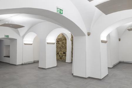 Die Mensa im Schlosskeller Hagerhof mit ihrer historischen Raumaufteilung mit Gewölbe, Säulen, Bögen und gerade Wänden nach der Sanierung, Fotos: Willi Fuchs Fotografie