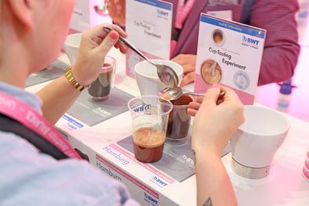 Beim 4D-Cupping-Experiment von BWT kann jeder schmecken und staunen.