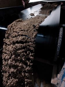 Der ContiClean® A H verschmutzt dank seiner speziellen Oberfläche auch bei stark anhaftendem Transportgut wie beispielsweise Ton oder Gips nicht / Photo: ContiTech