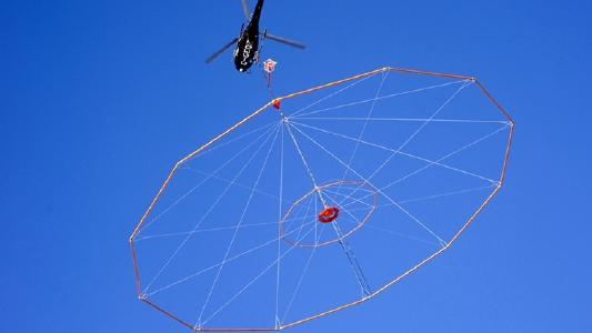 VTEM-Untersuchung per Helikopter; Foto: Geotech Ltd.