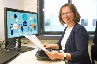 Jetzt kann's losgehen. Dr. Stefanie Schwaar vom Fraunhofer ITWM mit dem Bescheid zur KI-Nachwuschswissenschaftlerin. Sie etabliert eine neue Forschungsgruppe für Künstliche Intelligenz in Kaiserslautern, © Fraunhofer ITWM