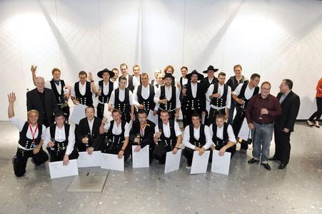 Geschafft – stolz präsentierten nach der Meisterfeier im vergangenen Jahr die erfolgreichen Absolventen aus dem Zimmerer-Handwerk ihre Meisterbriefe (Foto: Handwerkskammer Region Stuttgart)