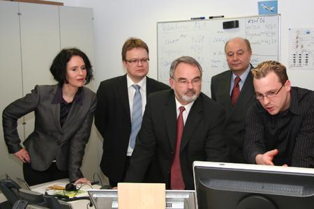 """Live-Demonstration aktueller IT-Lösungen"": v.l.n.r. Elisabeth Winkelmeier-Becker (MdB), Ralf Offergeld (CDU Hennef), Thomas Kossendey (MdB), Alfred Hummel (BMVg), Elmar Disqué (CONET)"