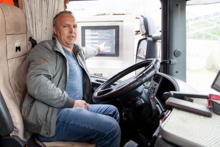 Am Terminal kann Andreas Voigt selbst festlegen, womit sein LKW beladen werden soll.