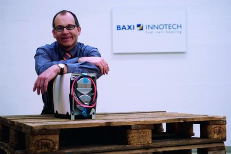 Guido Gummert, mit neuem Brennstoffzellen-Stack; Stützt sich mit gutem Grund auf die neue Kooperation: Guido Gummert,Geschäftsführer der Baxi Innotech, mit dem neuen leistungsstarken Brennstoffzellen-Stack von Ballard Power Systems.