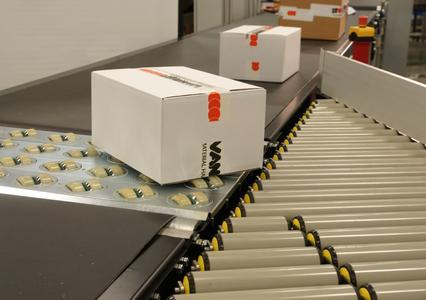 Flexibel und schnell: Der IQ-Grid sortiert bis zu 6.000 Produkte pro Stunde, die Förderrichtung wird per Knopfdruck verändert. (Foto: VanRiet Group)