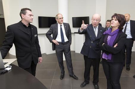 Prof. Wolfgang Wahlster erläutert Ministerin Vera Reiß die Präsentation auf dem Bildschirm. Fotos: DFKI