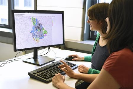 Im Projekt HealthFaCT-Cor entwickelte ein Team um Dr. Neele Leithäuser (li.) vom Fraunhofer-Institut für Techno- und Wirtschaftsmathematik ITWM ein softwaregestütztes Optimierungs- und Entscheidungssystem zur Verbesserung der medizinischen Versorgung. © Fraunhofer ITWM
