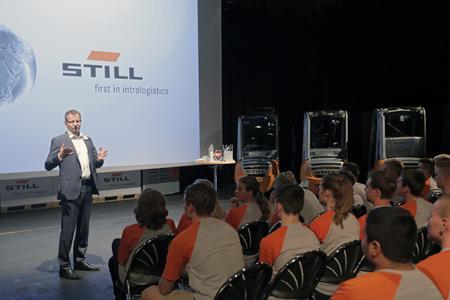 Marc Dechmann, Leiter der Personalentwicklung bei STILL, begrüßt die neuen Auszubildenden von STILL im Unternehmen