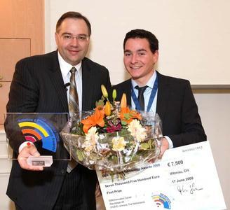 Das Bild zeigt die Überreichung des Preises durch Stephan Tanda (links), einem Vorstandsmitglied der DSM, an Andreas Walther