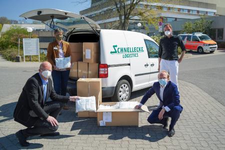 Bildunterschrift: stehend v.l. Christiane Bitter (Pflegedirektorin), Prof. Dr. Nils Homann (Chefarzt der Medizinischen Klinik II), knieend v.l. Ingolf Viereck (Vorsitzender des Klinikumsausschusses), Nikolaus Külps, CEO der Schnellecke Logistics