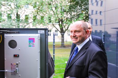 """""""So sieht das Wohnen der Zukunft aus"""": Staatssekretär Rainer Bomba ist vom Projekt """"Effizienzhaus Plus"""" in Berlin begeistert. Rittal lieferte für den Energiespeicher eine an das Gebäude farblich angepasste Outdoor-Lösung aus der CS Toptec-Reihe"""