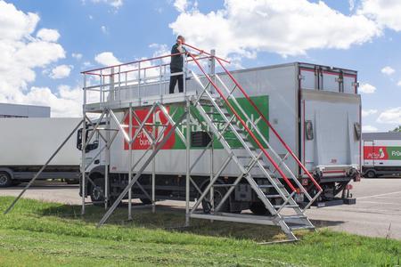 Bei der Spedition AL-Logistik ist die stationäre Enteisungsbühne Hymer-ARCTICA nicht nur im Winter sondern ganzjährig für verschiedene Tätigkeiten im Einsatz