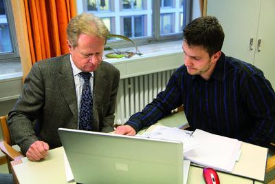 Prof. Dipl.-Ing. Karl-Friedrich Bisani von der Hochschule München unterstützt Benjamin Bredl bei der Ausarbeitung der PERI Bauberiebsübung. Das Ergebnis: ein hervorragender dritter Platz bei der Endausscheidung im November (Foto: PERI GmbH)