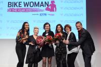 (v. li.): Jury-Mitglied Ursula James (Vogel Communications Group) – mit den drei Preisträgerinnen Laura Marko, Henrike Thoböll und Chiara Aichele – sowie Frauke Tietz (Fembike.de) und Stephan Maderner (bike und business) / Foto: Johannes Untch/Vogel Communications Group