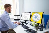 Mit MES HYDRA können viel Aufgaben des Fabrikalltags auch aus dem Home Office dirigiert werden / Quelle: MPDV, Adobe Stock, karrastock / Andrey Popov
