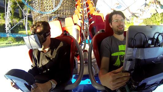 """Prof. Thomas Wagner (links) und der Lehrbeauftragte Michael Heyse (rechts) rasen mit Laptop und VR-Brille durch den Looping der Achterbahn """"Blue Fire"""""""