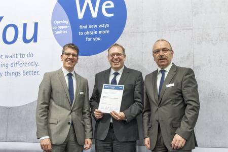 Christian Hasslinger, Lead Buyer von Bosch (Mitte), bei der Übergabe der Urkunde an Dr. Jochen Kress, Mitglied der Geschäftsleitung von MAPAL (links) und Siegfried Wendel, Vertriebsleiter Europa bei MAPAL (rechts).