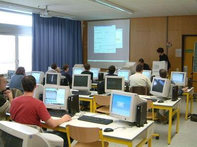 """""""Die Computer stehen allen Schülern für die tägliche Arbeit zur Verfügung und dienen als Werkzeug für Information, Kommunikation und  Präsentation."""" Quelle Foto: Einhard-Gymnasium"""