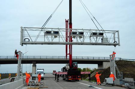 Die Kontrollbrücke wird auf die Fundamente aufgesetzt.