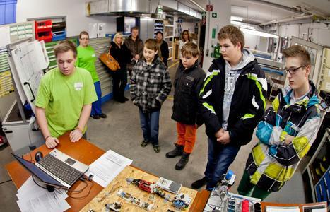 W&H Lehrling Phillip Wersinger brachte den jungen Besuchern seinen Beruf des Elektrotechnikers/Gebäudetechnikers näher