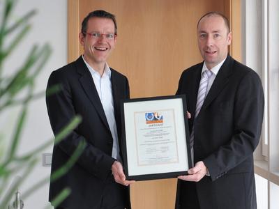 easySoft Geschäftsführer Andreas Nau (links) empfängt das DIN EN ISO 9001:2008 Zertifikat