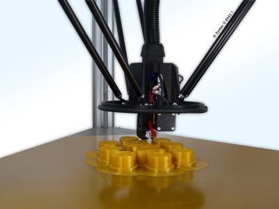 Auf der Messe Rapid-Tech in Erfurt zeigt die Systec GmbH den neuen FFF/FDM-3D-Drucker inv3nt delta in Aktion. Gedruckt wird auf einer dreieckigen Grundfläche mit jeweils 45 Zentimeter Kantenlänge.